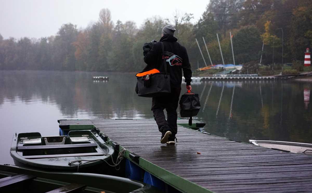 Die Taschen geschultert, geht es in Richtung Ruderboot. Jetzt muss nur noch das Echolot angebracht werden und schon kann es losgehen.