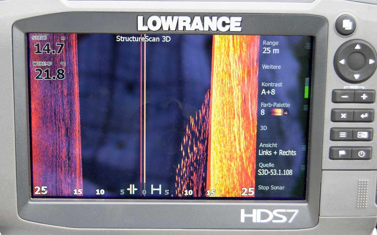 Das Display des Sidescans zeigt die Seiten links und recht neben dem Boot. Hier sieht man einen Brassenschwarm, der rechts auftaucht.