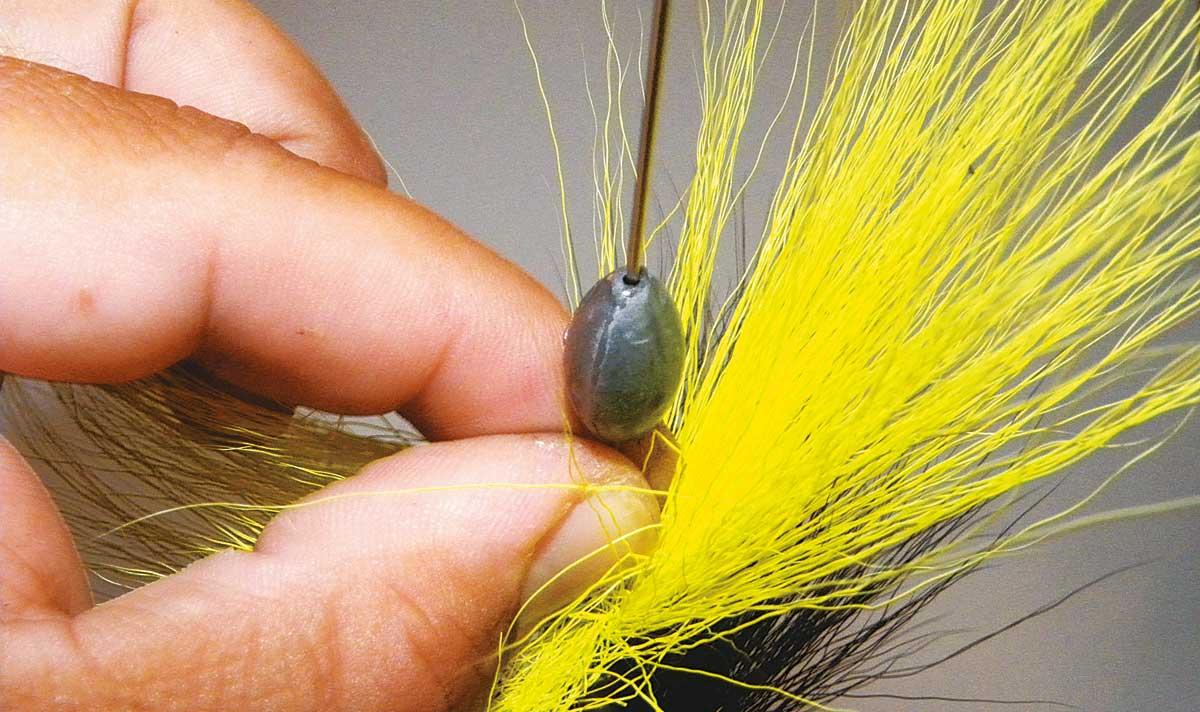 Zuletzt ein Blei (20-40g) montieren. Es dient als Wurfgewicht und bringt den Spinner auf Tiefe.