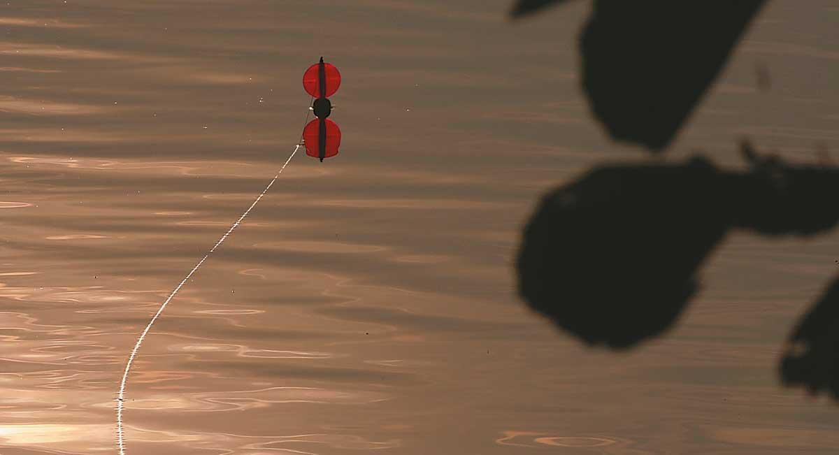 An der Segelpose treibt der Köder an Plätze, die werfend nicht zu erreichen sind.