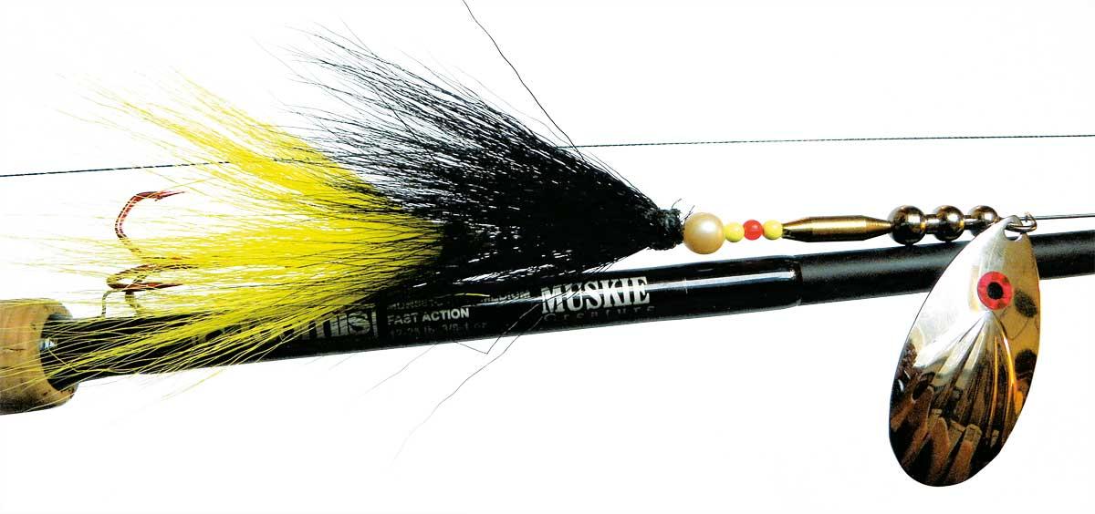 Fertig ist der Bucktailspinner mit einem Spinnerblatt, 2 Teilen Bucktail (schwarz und gelb) und 2 Drillingen.