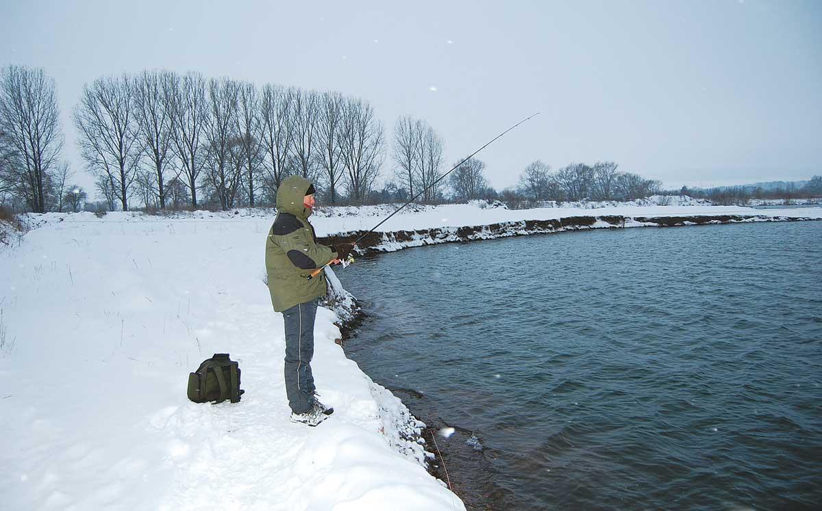 Schneetreiben in der Dämmerung: Jetzt stehen die Chancen auf einen kapitalen Barsch besonders gut.