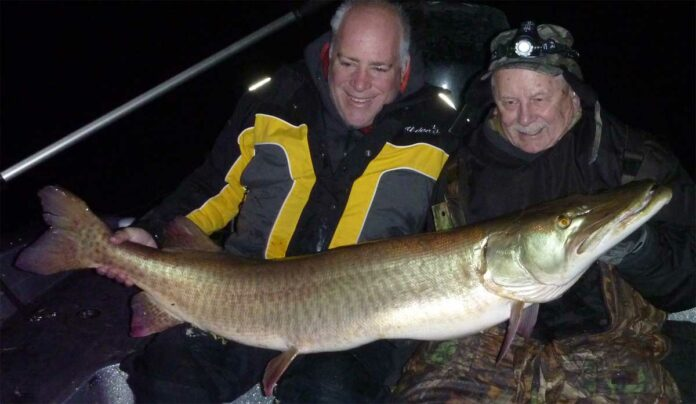 Musky-Legende Larry Ramsell (rechts) freut sich über den größten Musky seines Lebens: 145,4 Zentimeter und 24,675 Kilogramm.